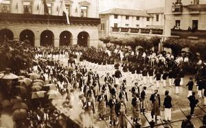 Batallón del Alarde entrando en la Plaza San Juan, al frente Hacheros y Tamborrada