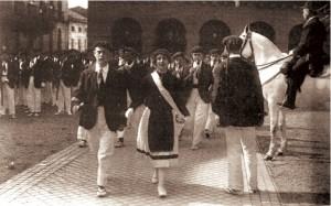 La cantinera Josefa Cubero Linazasoro y Aguinaga. Foto obtenida en la salida de San Juan. A la derecha vemos al General Eusebio Pedrós