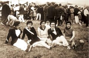 La cantinera Victoriana Acero Querejeta, en la campa del Monte san Marcial junto a varios amigos