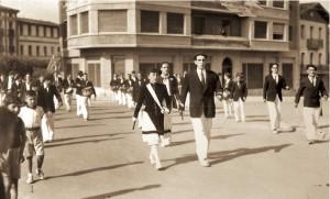 Mª Teresa Rodriguez Salís y Koteto Gaztelumendi desfilando por la callle Iglesia