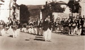 La Tamborrada al mando de Antonio Estomba a su paso por la calle San Marcial