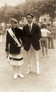 La cantinera Mª Pilar Fernández y el Sargento Carlos Gaztelumendi en la Plaza Urdanibia