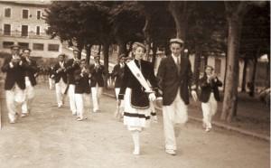 La Tamborrada, con la cantinera Mª Pilar Fernández y Carlos Gaztelumendi, sargento, desfila por la Plaza del Ensanche, con el antiguo Teatro Principal al fondo