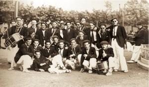 Componentes de la Tamborrada posan junto a la cantinera, Mari Lolo Múgica, para la posteridad en la Plaza del Ensanche