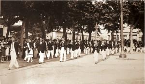 Desfilando por la Plaza del Ensanche con Mari Lolo Múgica de cantinera y Ricardo Rodríguez de Tambor Mayor