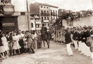 Brios entrada del General Eusebio Pedrós ante la mirada atenta de Hacheros y Tamborrada