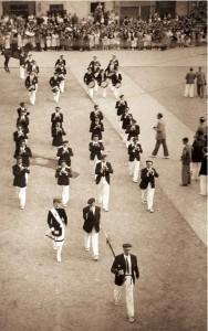 Imagen tomada desde el Ayuntamiento, la Tamborrada entra en la Plaza de San Juan con Ricardo Rodríguez a la cabeza y Mari Lolo Múgica de cantinera