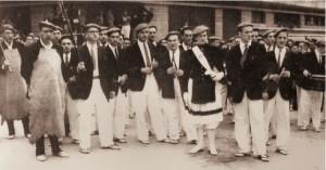La cantinera Mayi Muñoz Narvarte, el Sargento Vicente Urtizberea y el  Tambor Mayor Ricardo Rodriguez, junto a otros componentes de la Tamborrada y la escuadra de Hacheros