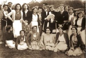 La cantinera Mayi Muñoz Narvarte y el Sargento Vishente Urtizberea junto a un grupo de amigos