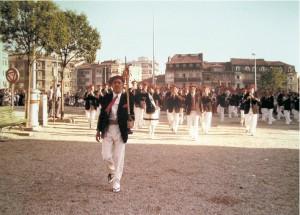 La Tamborrada entrando en la Plaza de San Juan con el Tambor Mayor, Fermín Zaragüeta, al frente
