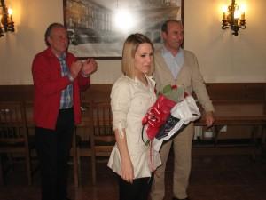 El ayudante de Parches, Josema Bereciartua, y el Tambor Mayor, Gonzalo Fdez. de Casadevante, hacen entrega del ramo a la cantinera de 2013, Ane Gonzalez